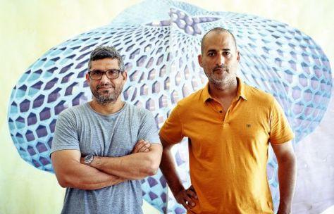 Los artistas Dagoberto Rodríguez (izquierda) y Marco Castillo, ante la acuarela 'Pabellón polen' durante la pasada Bienal de La Habana. Edu Bayer
